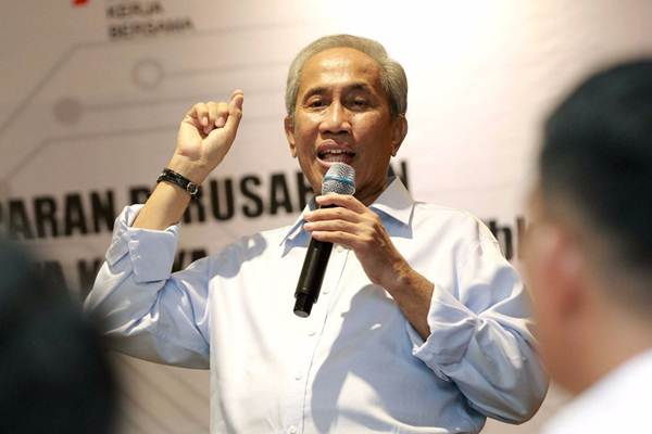 Direktur Utama PT Waskita Karya (Persero) Tbk. M. Choliq, menjawab pertanyaan saat paparan kinerja di Jakarta, Senin (18/12). - JIBI/Dwi Prasetya