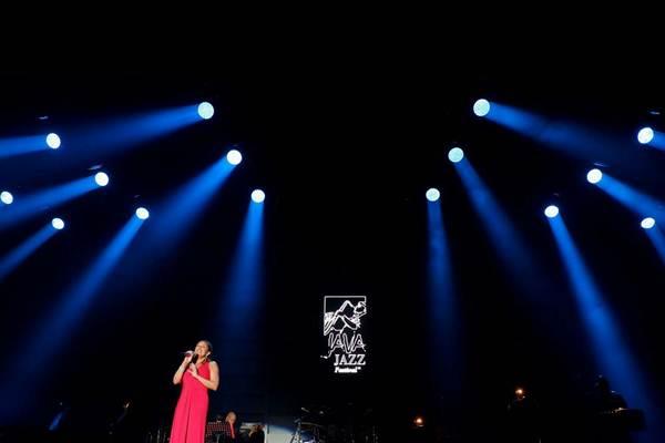 Penyanyi asal Amerika Serikat Vanessa Williams tampil pada pergelaran BNI Java Jazz Festival 2018, di Kemayoran, Jakarta, Jumat malam (2/3). - JIBI/Nurul Hidayat
