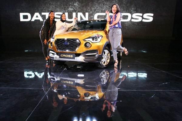 Model berpose dengan mobil terbaru Datsun Cross yang diluncurkan di Jakarta, Kamis (18/1). - JIBI/Dedi Gunawan