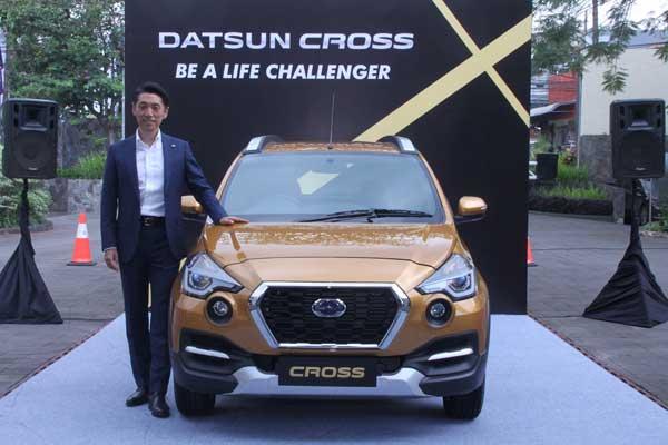 Eiichi Koito, President Director Nissan Motor Indonesia, berfoto dengan Datsun CROSS.  - Datsun