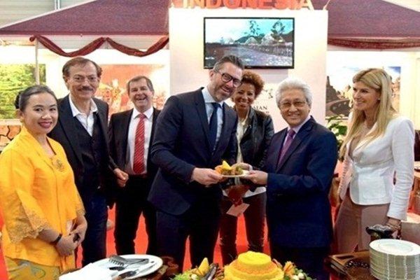 Duta Besar RI untuk Austria, Dr. Darmasjah Djumala, saat membuka stan Indonesia di Pameran Wohnen & Interieur,  Sabtu (10/3 - 2018).Dok. KBRI Wina