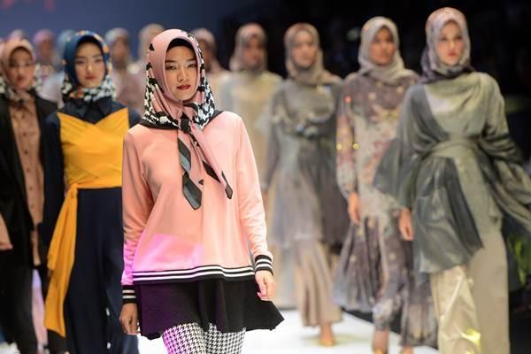 Model mengenakan baju dari berbagai perancang yang mengkhususkan membuat fesyen hijab dalam pergelaran Jakarta Fashion Week 2018 di Senayan City, Jakarta, Minggu (22/10). - ANTARA/Rosa Panggabean