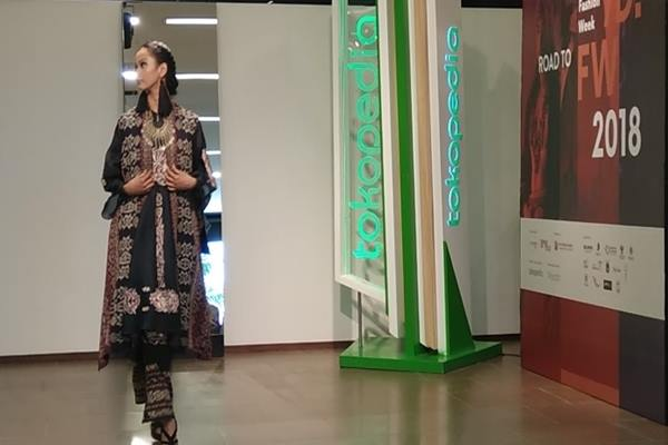 Model berlenggok mengenakan salah satu koleksi busana corak daerah yang akan ditampilkan dalam Indonesia Fashion Week 2018. - JIBI/Yoseph Pencawan