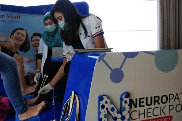 Dua petugas sedang melakukan uji kesehatan saraf di Neuropati Check Point di ruangan pemaparan hasil studi klinis Nenoin di Jakarta, Jumat 16 Maret 2018. - JIBI/Yoseph Pencawan