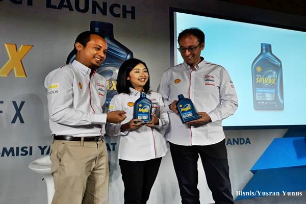 Vice President Marketing Lubricants PT.Shell Indonesia, Mario Viarengo (kanan) bersama Senior Marketing Manager Shell Indonesia, Mutiarini (tengah) dan B2C Lubricants Technical Manager Shell Indonesia, Shahwatuzzaki (kiri), saat peluncuran pelumas transmisi mobil matik, Shell Spirax S5 ATF X.