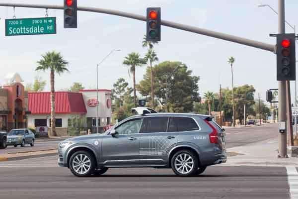 Mobil Volvo swakemudi yang dibeli oleh Uber bergerak di persimpangan jalan di Scottsdale, AS. - Reuters