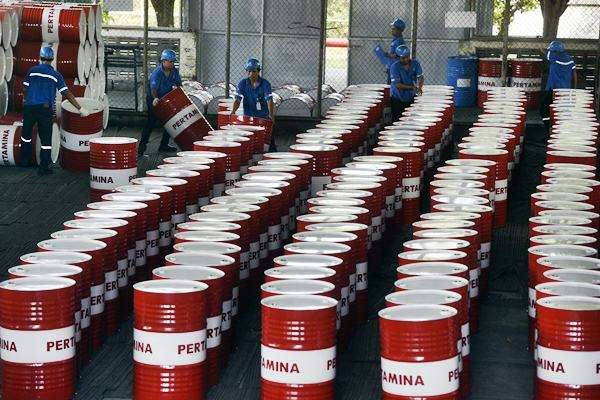 Petugas menata drum yang akan diisi pelumas di Pabrik Pertamina Lubricants, Gresik, Jawa Timur, Selasa (18/4). - Antara/Zabur Karuru