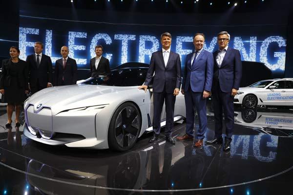 CEO BMW Krueger dan anggota direksi Robertson dan Schwarzenbauer berpose di samping BMW i Vision Dynamics di ajang Frankfurt Motor Show (IAA) 2017, Senin (12/9).  - REUTERS