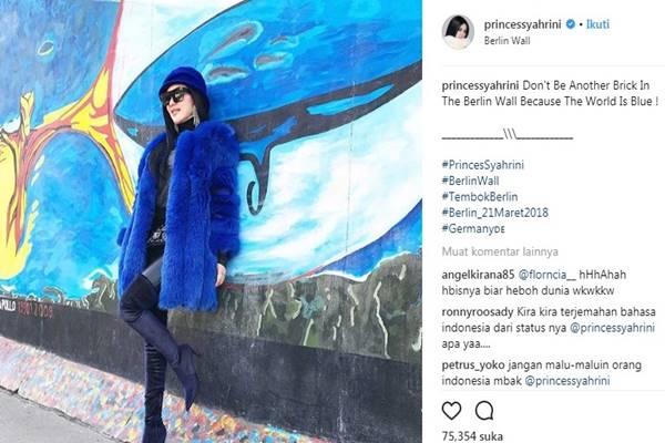 Syahrini berpose di Tembok Berlin, Jerman. - Isntagram @princessyahrini