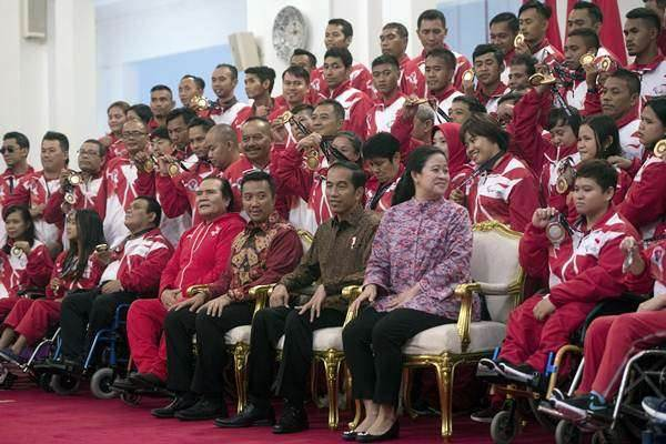 Ilustrasi: Presiden Joko Widodo (ketiga kanan) didampingi Menko PMK Puan Maharani (kedua kanan) dan Menpora Imam Nahrawi (keempat kanan) bersiap berfoto bersama para atlet dan pelatih yang berlaga dalam ajang ASEAN Paragames 2017 di Istana Negara, Jakarta, Senin (2/10). - Antara/Rosa Panggabean