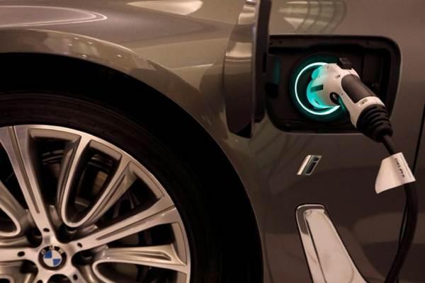 Ilustrasi: BMW plug-in hybrid tampak di Siam Paragon mall, Bangkok, Thailand, 4 Juni 2017. - REUTERS/Jorge Silva