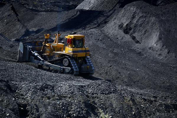 Ilustrasi tambang batu bara - Bloomberg/Luke Sharrett