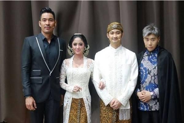 Roy Purba (kiri) bersama Dewi Perssik dan Angga Wijaya, serta paranormal Roy Kiyoshi. - Instagram @ dewiperssikreal