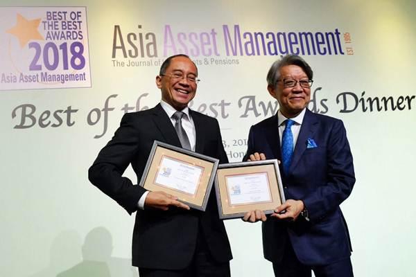Presdir Manulife Aset Manajemen Indonesia Legowo Kusumonegoro (kiri) menerima penghargaan Best Fund House dan CEO of the Year dari Publisher and Founder Asia Asset Management Tan Lee Hock dalam malam penganugerahan 2018 Best of the Best Awards, di Hongkong, Jumat (?23/3/2018). - JIBI/Abdullah Azzam
