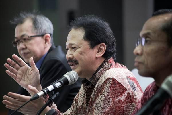 Direktur Utama PT Bursa Efek Indonesia Tito Sulistio (tengah) menyampaikan paparan terkait perkembangan pasar modal Indonesia didampingi oleh Direktur Alpino Kianjaya (kiri) dan Direktur Hamdi Hassyarbaini, di Jakarta, Selasa (6/2/2018). - JIBI/Felix Jody Kinarwan