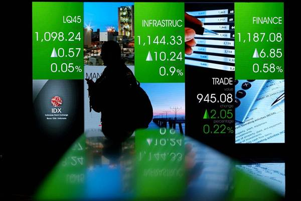 Karyawan melintas di dekat monitor pergerakan Indeks Harga Saham Gabungan (IHSG) di Bursa Efek Indonesia, Jakarta, Senin (12/2/2018). - JIBI/Nurul Hidayat