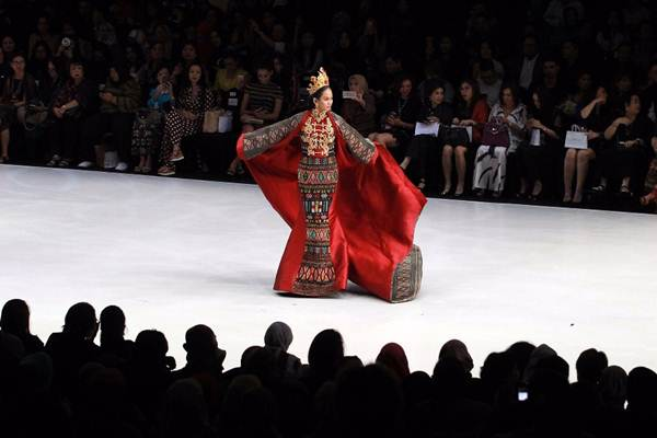 Model memperagakan busana Sikie Purnomo pada hari pertama Indonesia Fashion Week 2018 di Jakarta, Rabu (28/3/2018). - JIBI/Dwi Prasetya