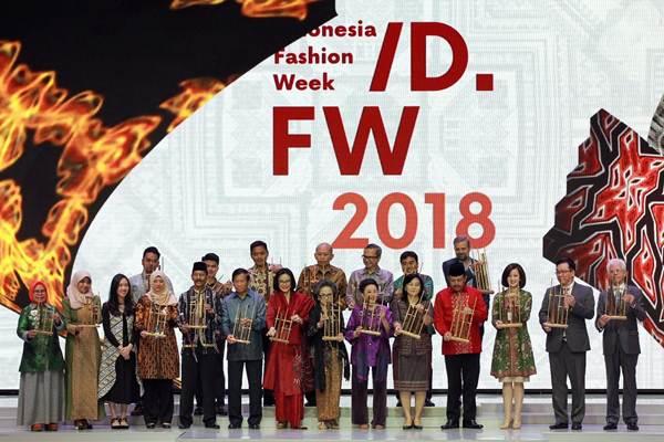 Presiden Indonesia Fashion Week Poppy Dharsono (ketujuh kiri), bersama tamu undangan, duta besar, sponsor, dan pendukung acara, memainkan angklung sebagai tanda dibukanya Indonesia Fashion Week 2018, di Jakarta, Rabu (28/3/2018). - JIBI/Dwi Prasetya