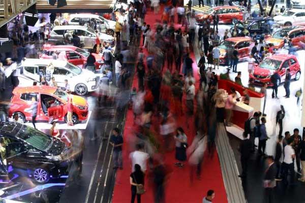 Pengunjung melihat mobil yang di pajang dalam ajang Indonesia International Motor Show (IIMS) 2017, di Jakarta - Bisnis, Abdullah Azzam