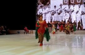 Begini Anggunnya Menteri Susi Pudjiastuti Berkebaya Catwalk di Fashion Show Anne Avantie