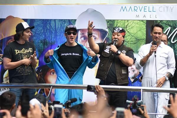 Aktor film Warkop DKI Reborn Tora Sudiro (kanan), Indro (kedua kanan), Vino G Bastian (kedua kiri), dan Abimana Aryasatya (kiri) menyapa penggemarnya saat promo film di Surabaya, Jawa Timur, Senin (28/8). Sekuel film Warkop DKI Reborn: Jangkrik Boss Part 2 akan resmi dirilis di seluruh Indonesia pada 31 Agustus mendatang. ANTARA FOTO - M Risyal Hidayat