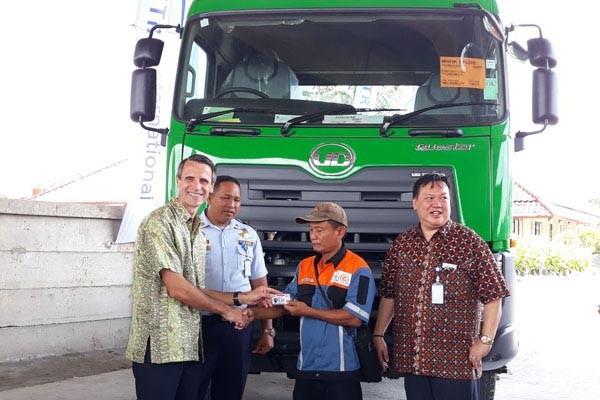 Presiden Direktur UD Trucks Indonesia, Valery Muyard (kiri) menyerahkan secara simbolis SIM Gratis kepada Amiruddin, salah satu pengemudi Truk Quester, disaksikan oleh Chief Operation Officer Astra UD Trucks, Winarto Martono (kanan) dan Sutrisno (perwakilan Dishub Jakarta Utara). - Bisnis/Yusran Yunus