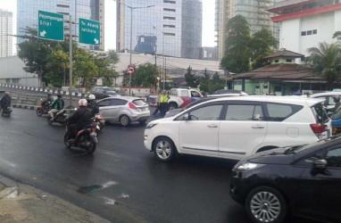 Taksi Diseruduk Dump Truck, Jalan Layang Stasiun Karet Ditutup