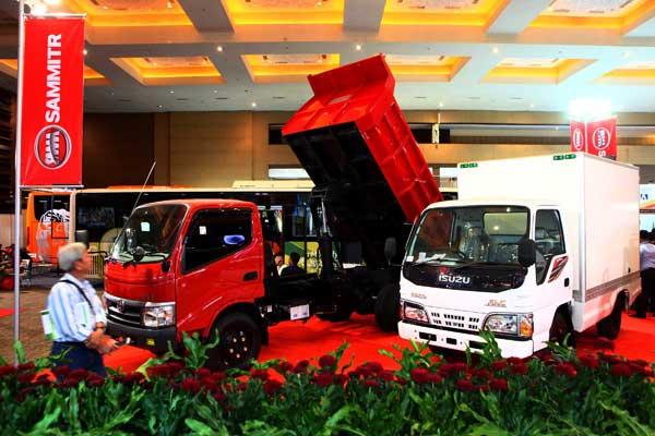 Pengunjung melihat-lihat produk pada Trade Exhibition for Auto Parts, Accessories and Vehicle Equip (INAPA) 2016 di Jakarta, Rabu (30/1). Gelaran INAPA merupakan pameran komponen otomotif dan karoseri terbesar di Asia Tenggara yang diikuti 1.100 perusahaan mewakili 25 negara.  - Bisnis.com