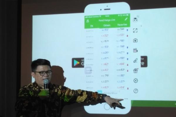 Kepala Riset dan Edukasi PT Monex Investindo Futures Ariston Tjendra ketika menjelaskan pemanfaatan MIFX Mobile, Jumat (13/4 - 2018).