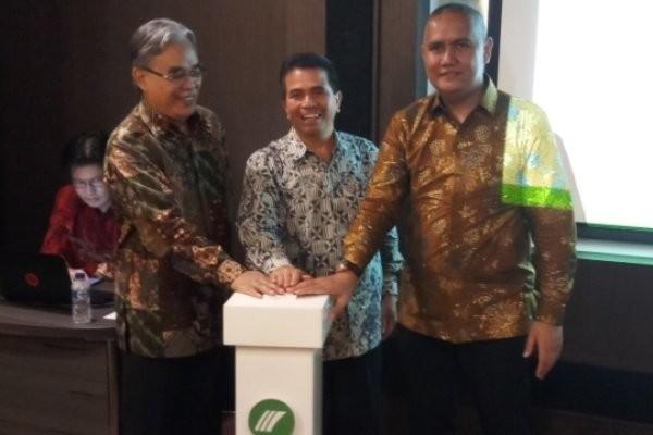 Komisaris Utama PT Monex Deddy Saleh (kiri), Kepala Biro Pengawasan Pasar Bejangka dan Fisik Bappebti Pantas Lumban Batu (tengah), dan  Presiden Direktur PT Monex Investindo Futures Ferhad Annas (kanan) tekan bel bersama resmikan MIFX Mobile, Jakarta (13/4 - 2018).