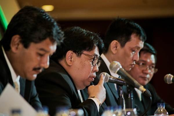 Direktur Utama PT Timah Tbk. Mochtar Riza Pahlevi Tabrani (kedua kiri) memberikan paparan dalam jumpa pers rapat umum pemegang saham tahunan, di Jakarta, Senin (16/4/2018). - JIBI/Felix Jody Kinarwan