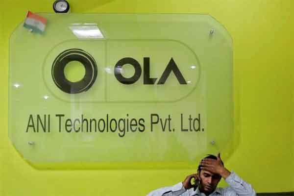 Seorang karyawan berbicara melalui telepon ketika ia duduk di meja depan di dalam kantor layanan taksi Ola di Gurugram, yang sebelumnya dikenal sebagai Gurgaon, di pinggiran New Delhi, India, 20 April 2016.  - REUTERS
