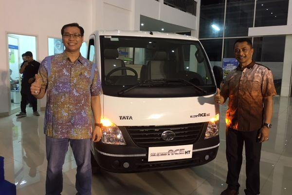 Branch Manager PT Bali Bima Sakti Motor I Gusti Ketut Dodi (kanan) dan Area Manager Bali Tata Motor Hendro Wijaya (kiri) saat peluncuran Pick Up Tata Super Ace HT di Denpasar. - Istimewa