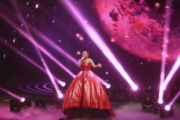 Maria Simorangkir tampil pada Indonesian Idol 2018 di Jakarta, Senin (16/4). - Antara