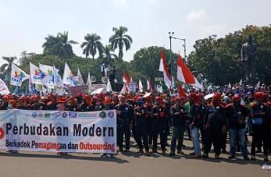 PANTAUAN May Day: Suarakan Tritura, Massa Buruh Bergerak ke Istana Merdeka