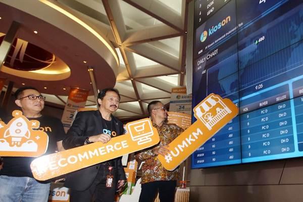 Dirut BEI Tito Sulistio (tengah) berbincang dengan Dirjen Aplikasi dan Informatika Kominfo Semuel Abrijani Pangerapan (kanan) dan Direktur Utama dan Co-Founder Kioson Jasin Halim saat pengumuman pencatatan saham perdana (IPO) PT Kioson Komersial Indonesia Tbk. (Kioson) di Jakarta Kamis (5/10). - JIBI/Abdullah Azzam