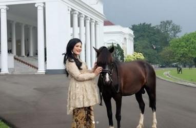Lagi Hamil, Kahiyang Ayu Unggah Video Berkebaya di Istana Bogor