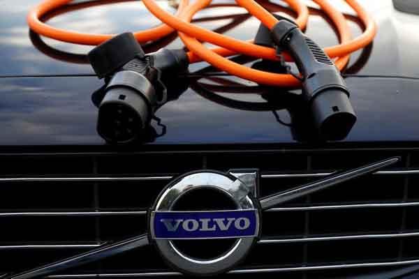 Sebuah kabel pengisian kendaraan listrik terlihat pada kap mobil hibrida Volvo dalam ilustrasi gambar ini diambil 6 Juli 2017. / REUTERS