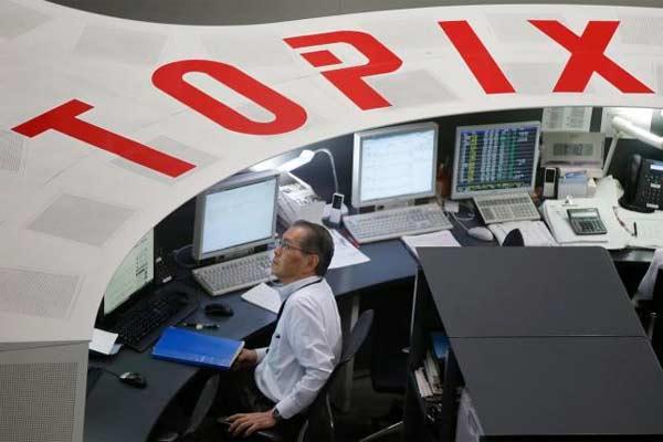 Seorang karyawan di Tokyo Stock Exchange (TSE).  - Reuters
