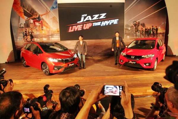 Presiden Direktur PT Honda Prospect Motor (HPM) Takehiro Watanabe (kiri), bersama Direktur Jonfis Fandy berpose dengan New Honda Jazz saat peluncurannya di Jakarta, Rabu (26/7). - JIBI/Dedi Gunawan
