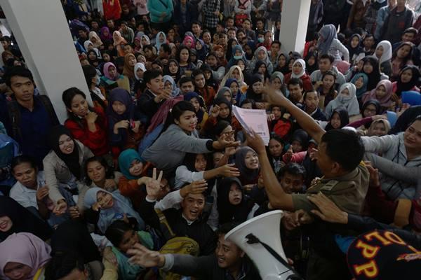 Ratusan pencari kerja antre mendapatkan kertas formulir pendaftaraan pada pelaksanaan Job Fair Keliling di kantor Kecamatan Kota Tangerang, Banten, Rabu (8/2).  - Antara