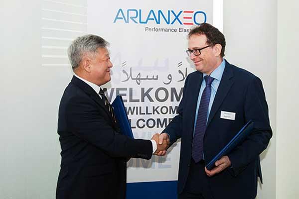 Hyung Nam Kim, CTO Hankook Tire; dan Jorge Nogueira, CEO Arlanxeo. - Hankook