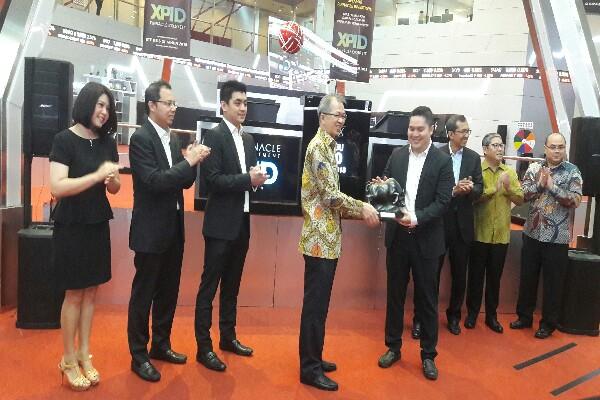 Direktur Perdagangan dan Anggota Bursa BEI Alpino Kianjaya (keempat dari kiri) bersama Guntur Putra, President & chief Executive Officer (CEO) Pinnacle Investment (keempat dari kanan) usai peluncuran reksa dana ETF Pinnacle, Rabu (30/5/2018)/Bisnis - Tegar Arief