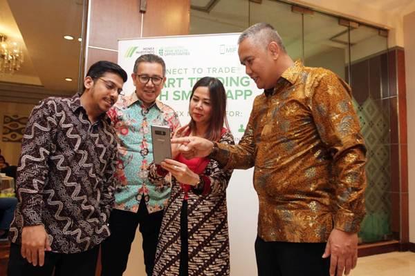 Direktur Utama PT Monex Investindo Future Ferhad Annas (dari kanan) bersama Head of Public Relation Omegawati , Direktur Kepatuhan Arsyid Tanjung, dan Vice President Commercial Fahmi Jaidi  membuka aplikasi MIFX Mobile , di Jakarta, Kamis (24/5/2018). - JIBI/Endang Muchtar
