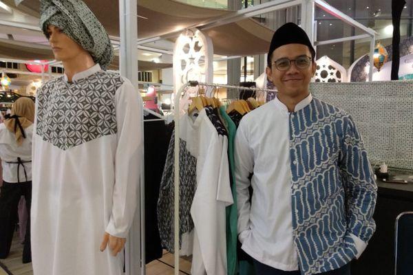 Fahmi Hendrawan, pendiri Fatih Indonesia, dengan beberapa karyanya di Gandaria City Mall, Jakarta, Kamis (7/6). - Bisnis/Nur Faizah Al Bahriyatul Baqiroh