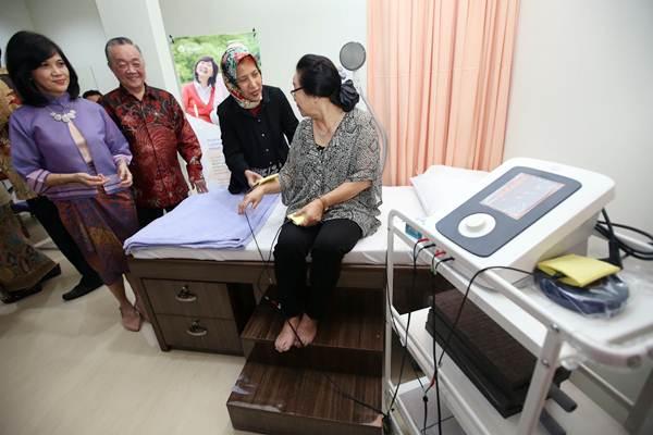 Direktur Utama PT Prodia Widyahusada Tbk, Dewi Muliaty (kiri), didampingi Komisaris Utama Andi Wijaya (kedua kiri) meninjau pusat layanan kesehatan geriatri, khusus pelanggan usia lanjut, di Pondok Indah, Jakarta, Selasa (12/12). - JIBI/Abdullah Azzam