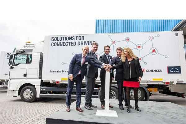 """Menteri Federal Transportasi dan Infrastruktur Digital Andreas Scheuer hadir memberangkatkan """"pleton"""" truk dari kantor cabang DB Schenker di Neufahrn dekat Munich melalui bidang uji digital A9 ke Nuremberg.  - Volkswagen"""