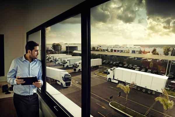Dengan Volvo Connect, pelanggan bisa melihat penuh armada merek dengan satu portal.  - Volvotrucks