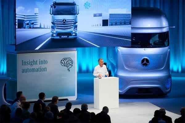 Stefan Buchner, Member of the Divisional Board of Daimler Trucks & Head of Mercedes-Benz Trucks, di acara FutureLabMercedes/Benz Trucks di Wrth, Jerman, Selasa (26/2018).  - Daimler