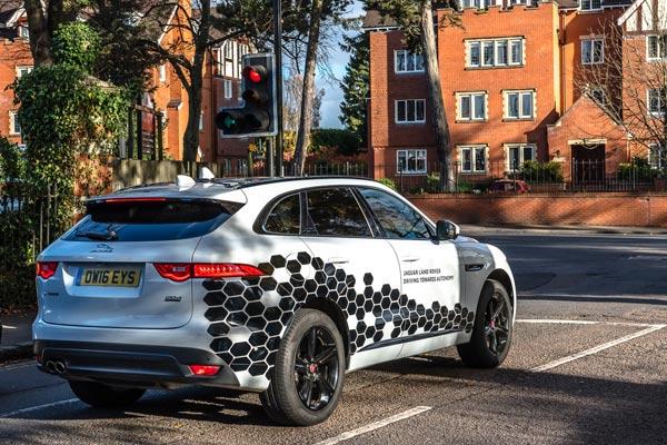 Mobil terhubung riset Jaguar F-Pace.  - Jaguar